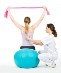 Fyzioterapeut dohlížející na cvičení