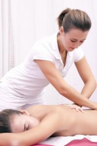 Fyzioterapeut provádějící masáž