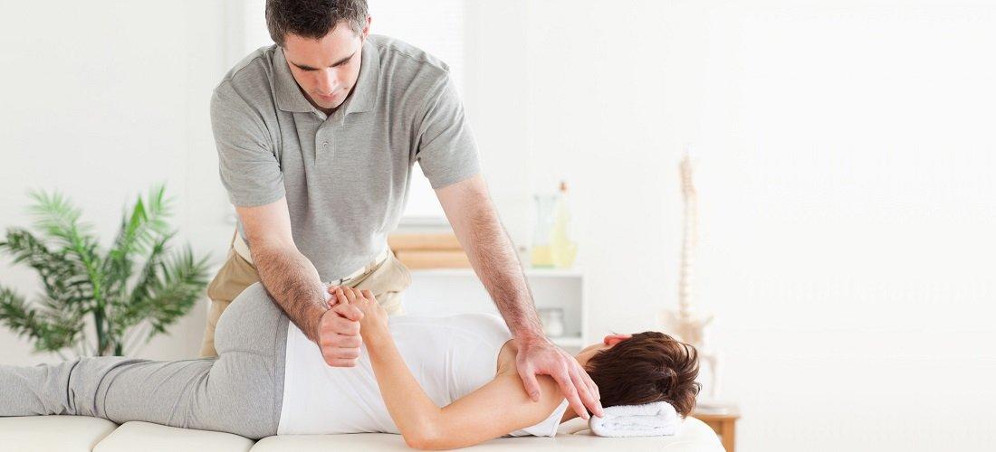 Fyzioterapeut při práci